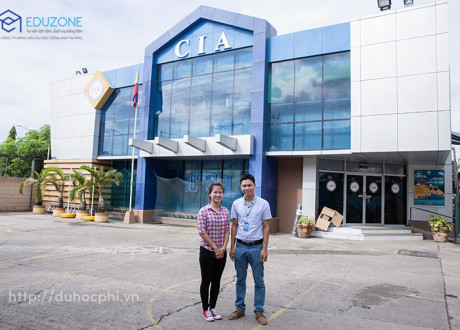 Anh Hiển chụp chung với bạn Lan Anh - Quản lý sinh viên Việt Nam tại trường