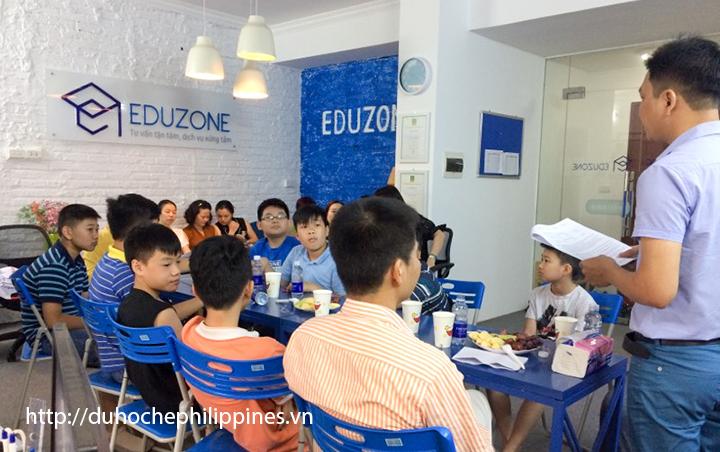 Anh Nguyễn Đăng Hiển - Giám đốc Eduzone dặn dò các cháu trước khi lên đường