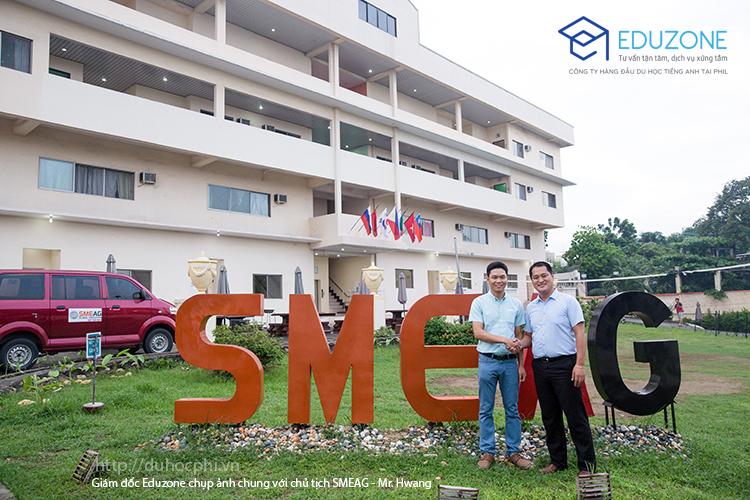 Anh Nguyễn Đăng Hiển chụp ảnh với Chủ tịch SMEAG - Mr. Hwang